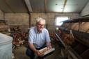 Albert van der Bent raapt dagelijks met de hand verse eieren bij zijn kippen.