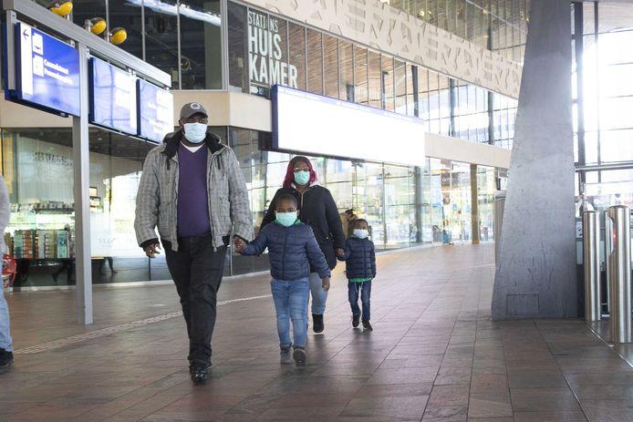 Reizigers met mondkapjes op station Rotterdam Centraal. Ook voor Rotterdammers die geen mondkapjes kunnen betalen, moet het OV toegankelijk blijven en dus stelt de gemeente Rotterdam mondkapjes ter beschikking.