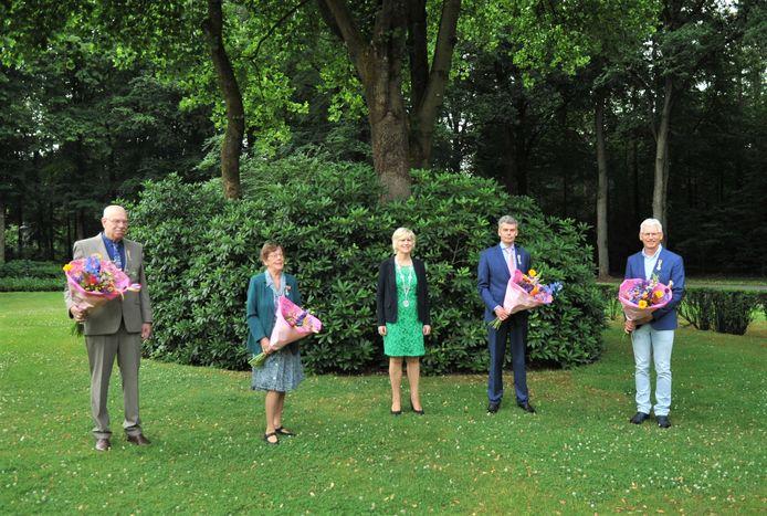 De gedecoreerden staan keurig op 1,5 meter. In het midden burgemeester Agnes Schaap van Renkum.