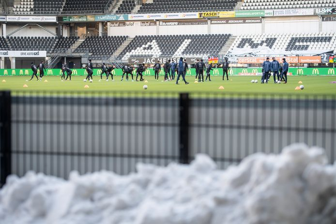 """De ondergrond in het stadion van Heracles is met deze temperaturen ideaal. Emiel Bolscher, hoofd medische zaken: """"Het is heel zacht, vooral als de zon erop heeft gestaan. Gewone velden zijn nu hard en glad, dat is het gevaarlijkste."""""""
