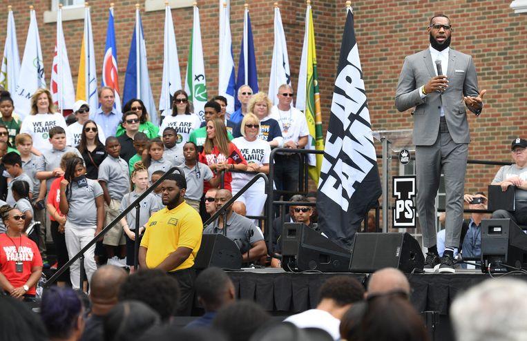 LeBron James bij de opening van een  openbare school in Akron, Ohio, die de NBA-speler mee oprichtte. Beeld Photo News