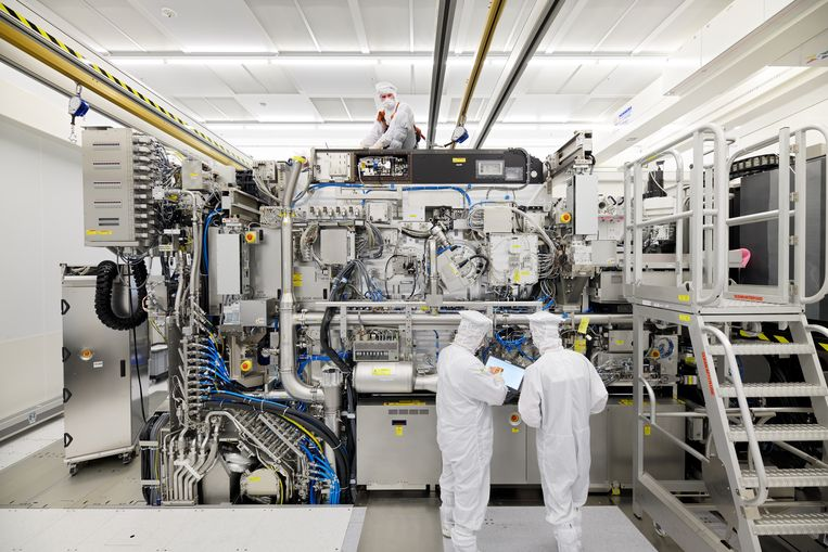 Een chipmachine wordt in elkaar gezet in de 'cleanroom' bij ASML. Beeld ASML, Bart van Overbeeke