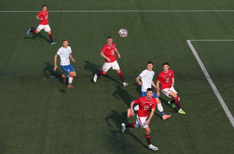 Zaterdag werd er in de hoofdstad 'gewoon' een stadsderby afgewerkt: FC Minsk - Dinamo Minsk. Beeld EPA
