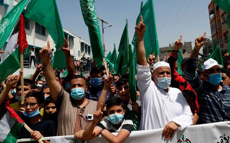 Aanhangers van Hamas betogen in Jeruzalem tegen het besluit van de Palestijnse president Abbas om de verkiezingen uit te stellen. Beeld AP