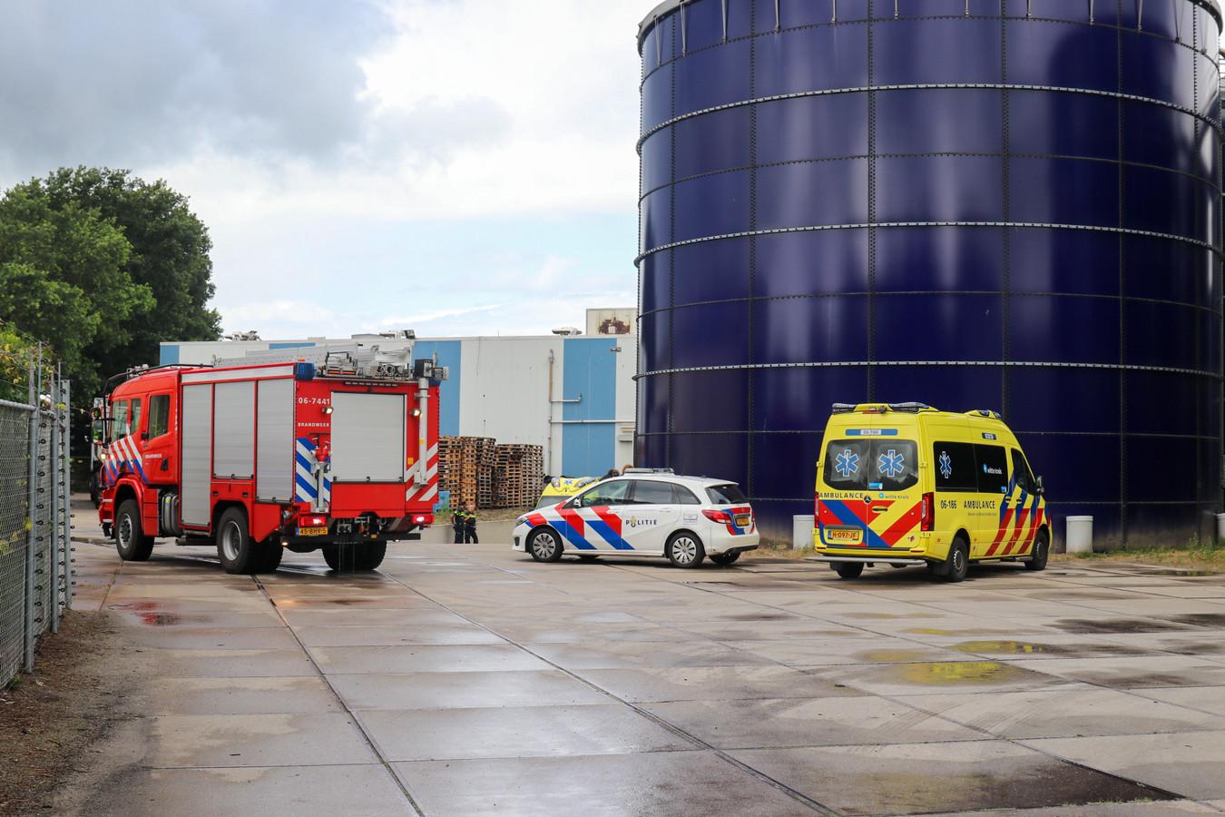 De hulpdiensten kwamen ter plaatse bij de bedrijfshal waar het ongeluk gebeurde.