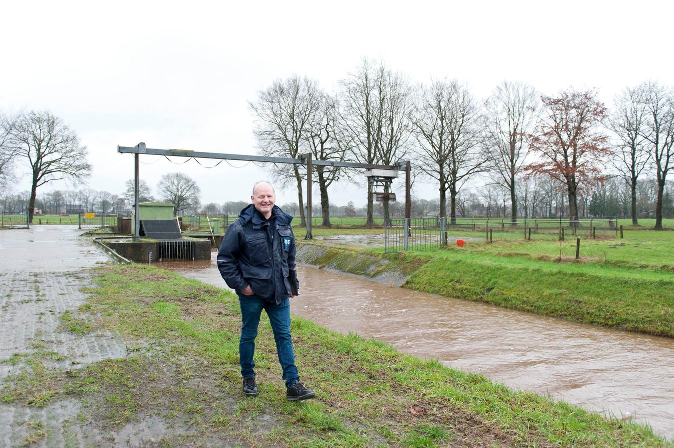 André Koekkoek in Okkenbroek bij gemaal Espelo, een van de vele installaties in het Sallandse landschap waarmee hij aan de 'waterknoppen' draait.
