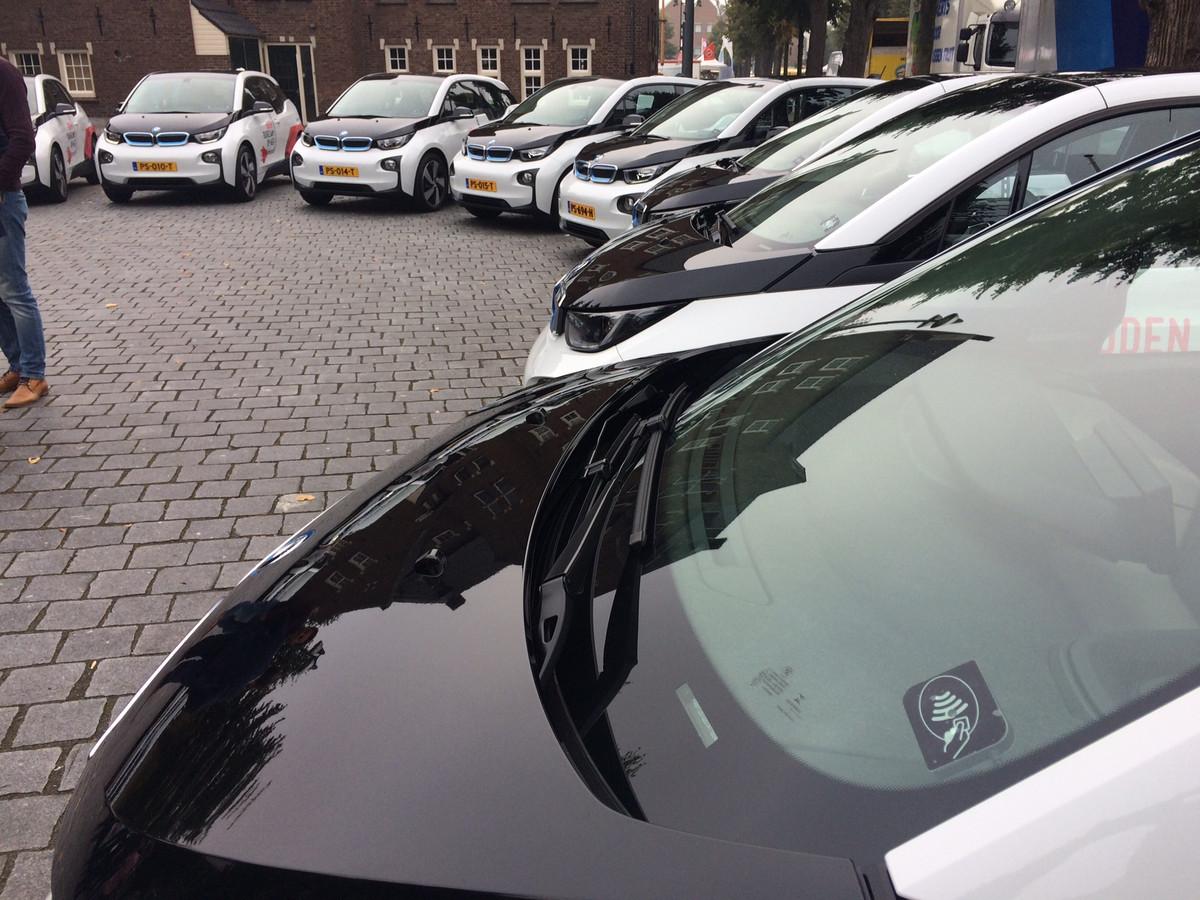 Het elektrisch wagenpark bij elkaar voor het gemeentehuis van Uden. De BMW's kosten zo'n 40.000 euro per stuk.