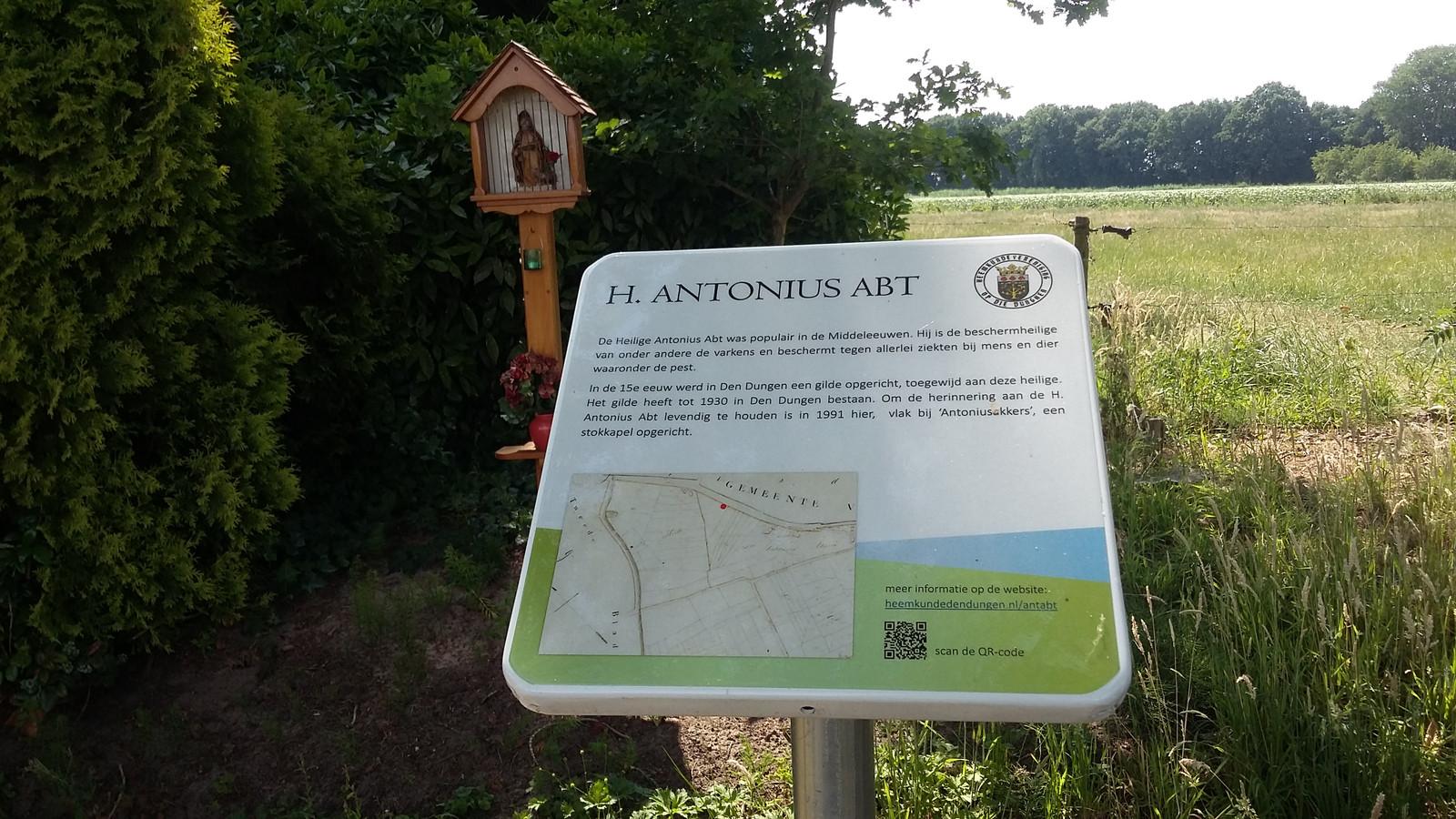 Het bordje bij de stokkapel van Antonius abt.
