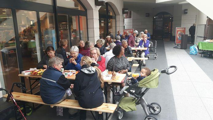 Ruim honderd mensen lunchten samen gratis in de Arena in Den Bosch.