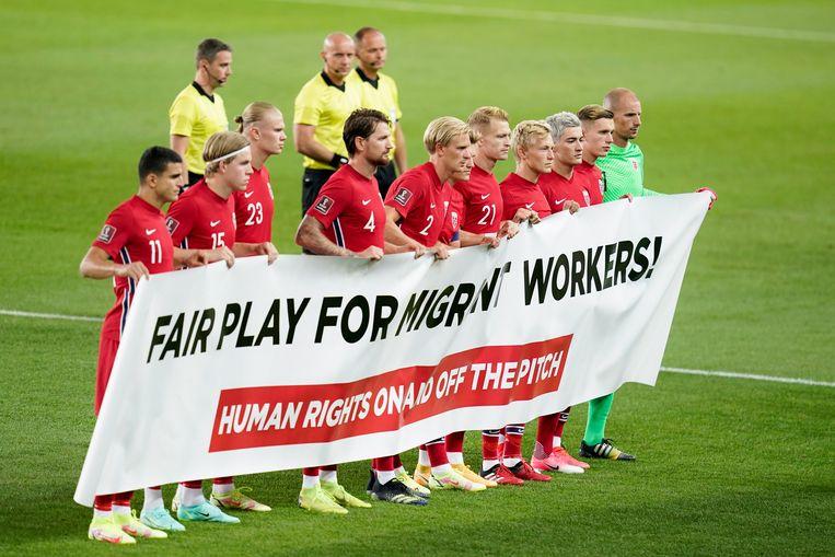 De Noorse spelers maken een statement richting Qatar voor de wedstrijd in Oslo tegen Nederland op 1 september. Beeld EPA