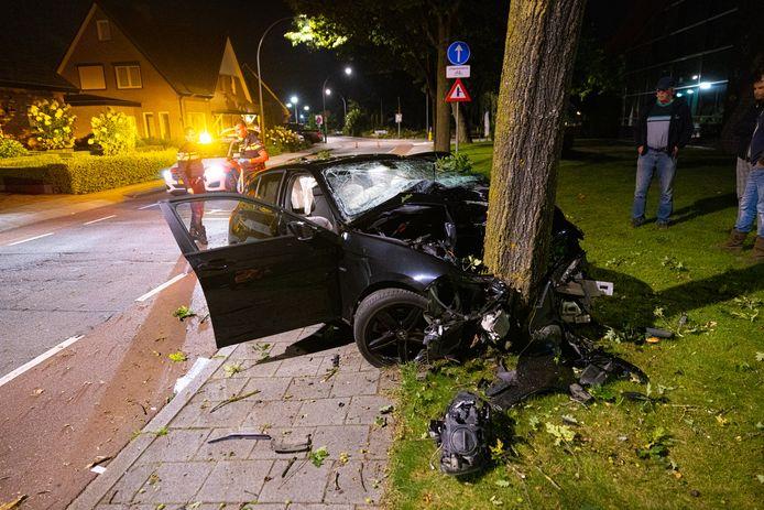 Van de BMW die vannacht op een boom bij Elspeet botste, bleef niets over. De bestuurder ervan werd zwaargewond afgevoerd naar het ziekenhuis.