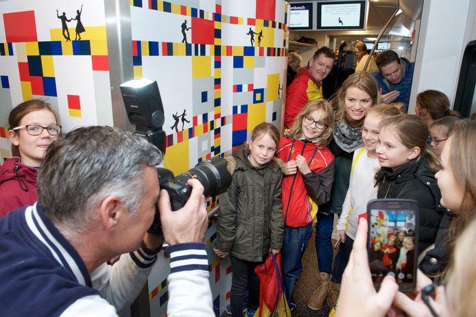 Atlete Dafne Schippers gaat met jonge fans op de foto in de nieuwe sprinter.