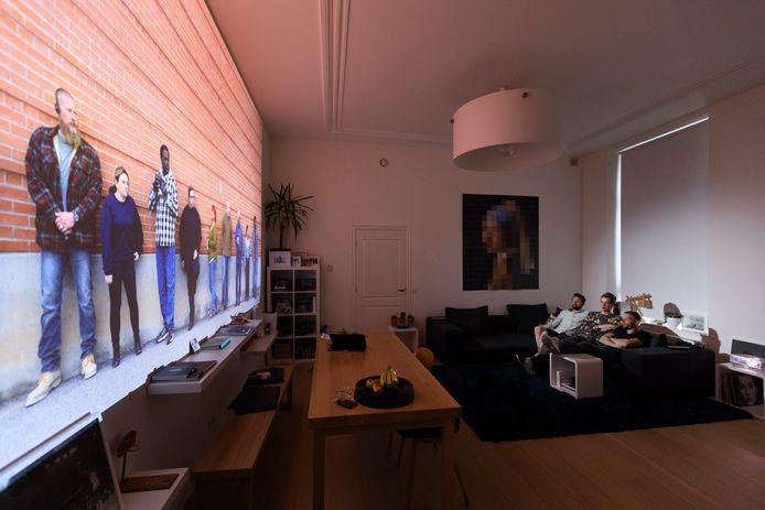 Dankzij het haarscherpe en enorme beeld komen de hoofdpersonen opeens het appartement binnen.