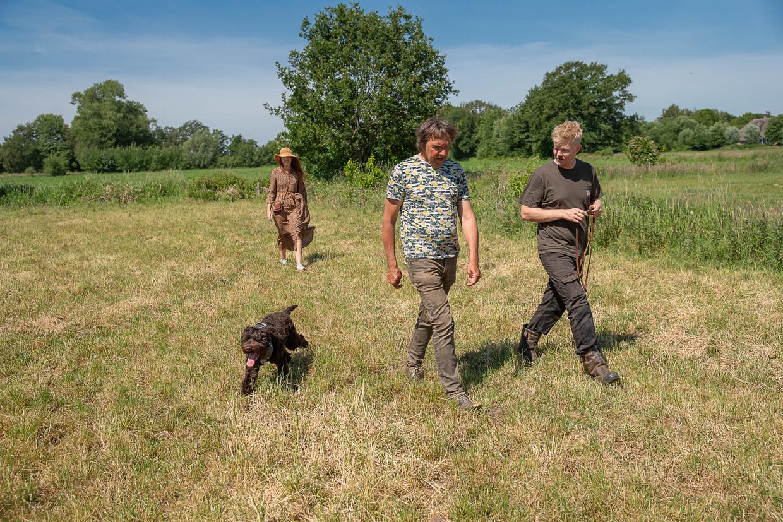 Franke Remerie van Land van Ons (midden) loopt met Rick en Arjuna Huis in 't Veld over een aan te kopen perceel bij hun boerderij in Lettele.  Beeld Harry Cock / de Volkskrant