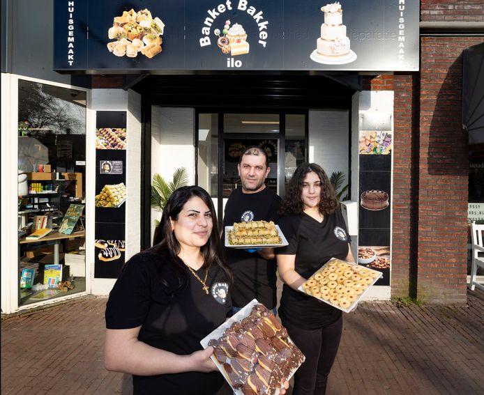 Youseph Ilo met zijn vrouw Sabah en dochter Viriel voor hun nieuwe banketbakkerij in Heeze.
