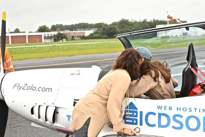 Zara Rutherford vertrok woensdagmorgen onder massale belangstelling uit Wevelgem voor haar solovlucht. Nog een afscheidskus voor de mama vlak voor hara vertrek