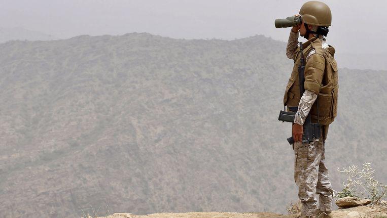 Een Saoedische soldaat aan de grens met Jemen. Landen als Saoudi-Arabië zijn een van de belangrijkste militaire handelspartners van Vlaanderen. Beeld REUTERS