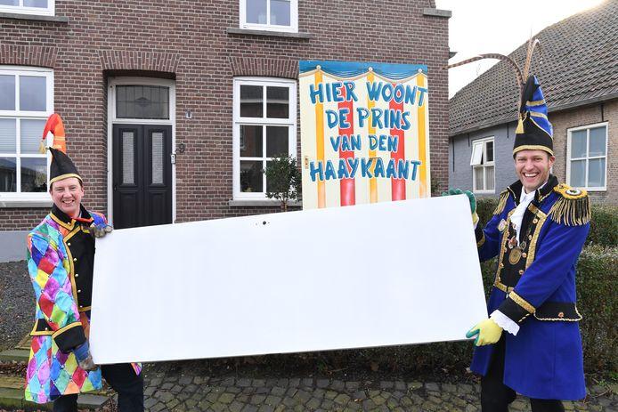 Ludieke actie van Prins Odert (r) en Ard Jansen van CV De Taptrappers: we vallen met de deur in huis, de deuren mogen beschilderd worden voor carnaval.