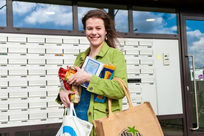 Linda de Jager (22) biedt zich zelf aan als boodschappenhulp voor mensen die dat nodig hebben.