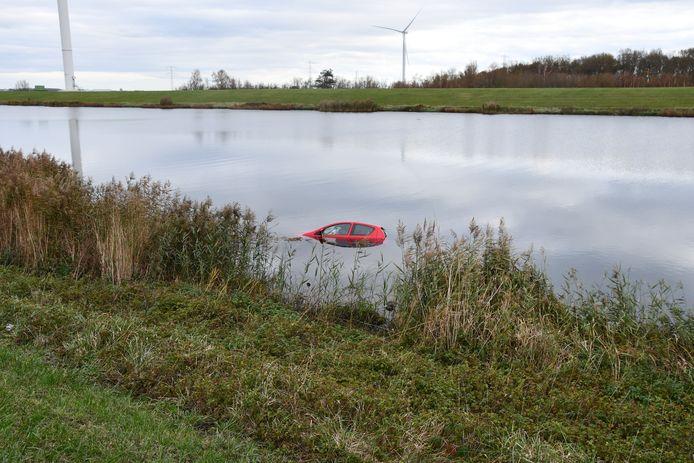 Bij de Oesterdam is, aan de kant van het Schelde-Rijnkanaal, een auto te water geraakt. De inzittende kon er zelf uit komen.