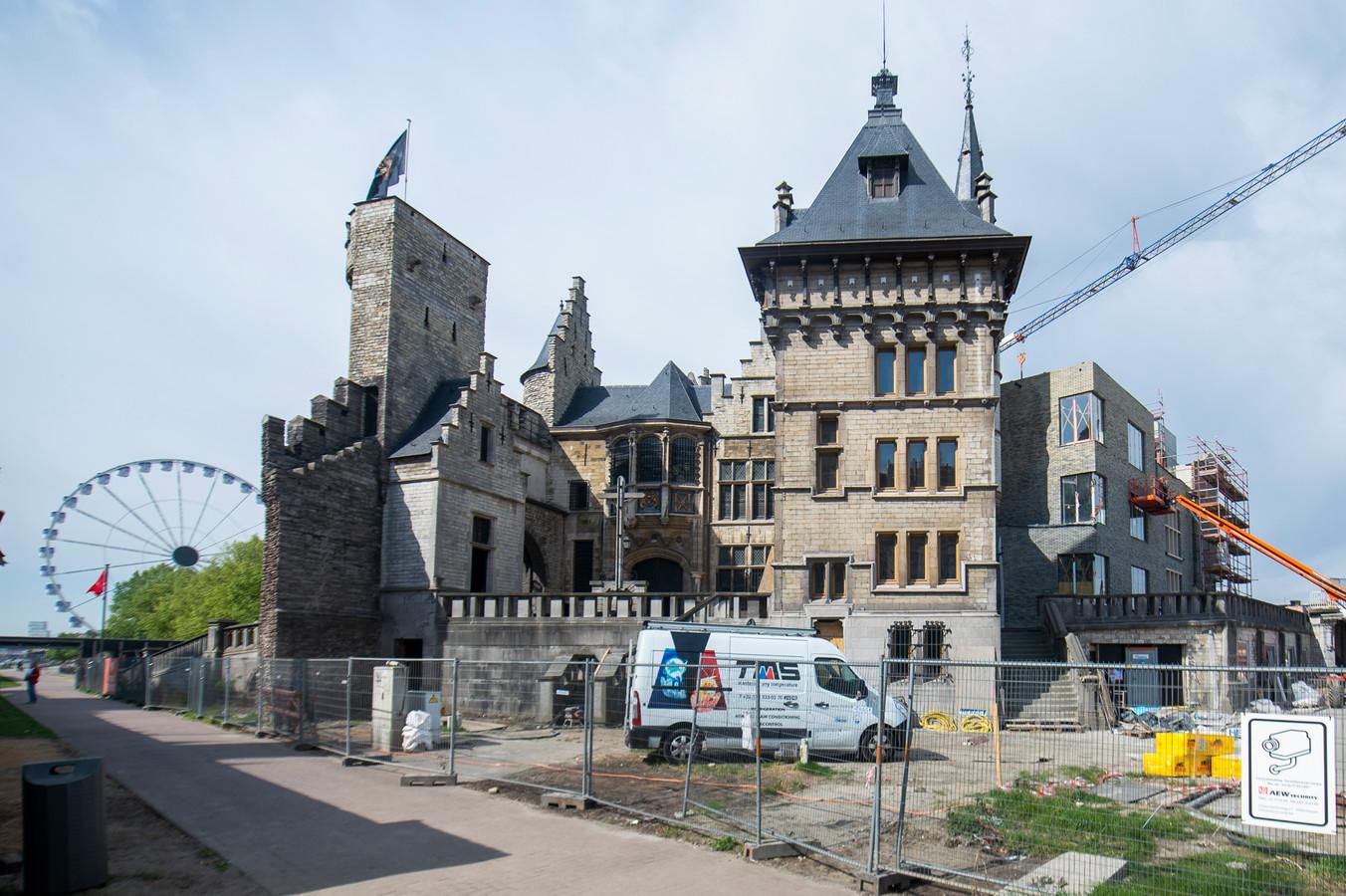 De nieuwe aanbouw aan het Steen in Antwerpen kan niet op veel lof rekenen.