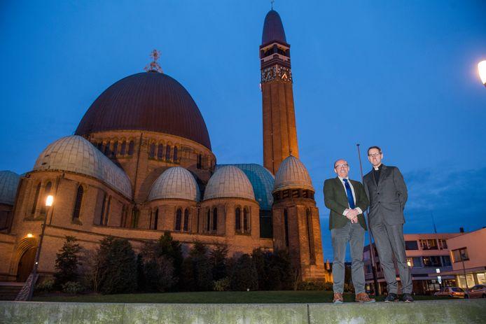 De toren van de Sint Jan in Waalwijk kan er na een grondige opknapbeurt weer tientallen jaren tegen. Pastoor Marcel Dorssers (rechts) en Ad van Heesbeen (voorzitter van de Vrienden van de Sint Jan) zijn er maar al te blij mee.