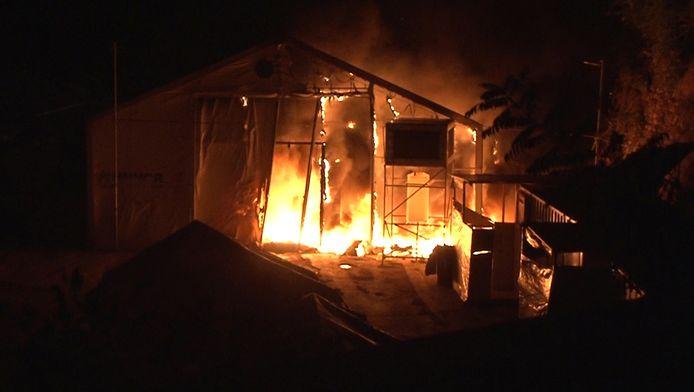 Een tent brandt af nadat rellen uitbraken in een vluchtelingenkamp in Chios, Griekenland