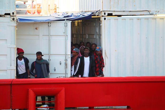 Bijna 140 migranten wachten op een veilige haven om aan wal te komen.