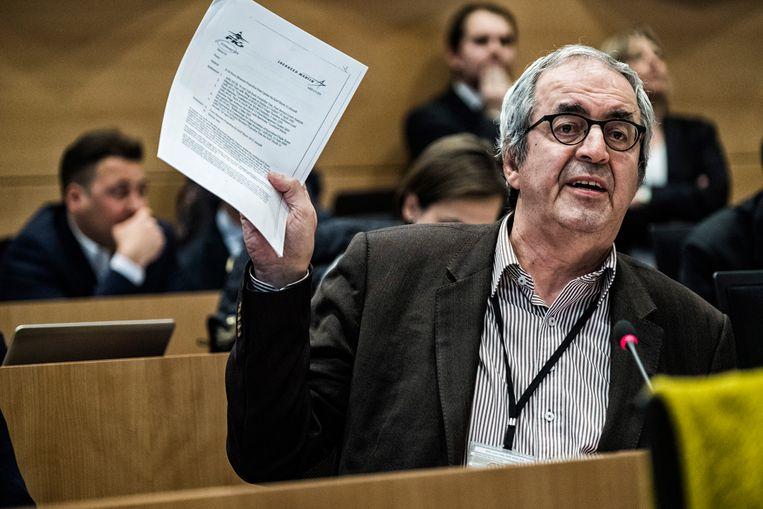 Dirk Van der Maelen legt minister Steven Vandeput namens de sp.a het vuur aan de schenen in de commissie Defensie. Beeld Tim Dirven