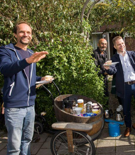 Stichting doet een 'bakkie' met vluchtelingen in Numansdorp: 'Zo is iemand minder alleen'