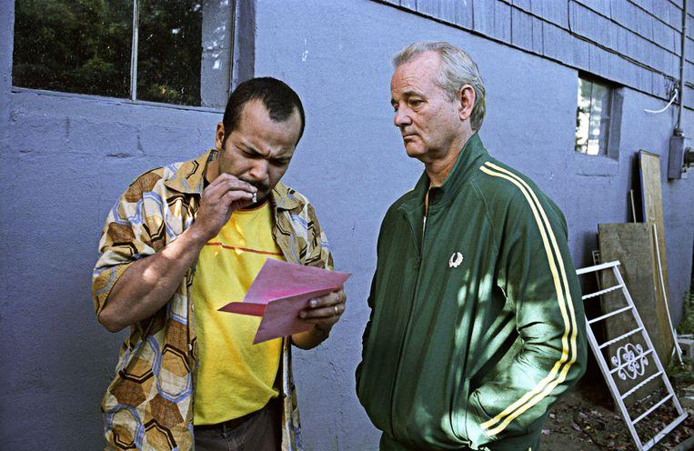 Buurman Winston (Jeffrey Wright) onderzoekt het briefraadsel voor Bill Murray in Broken Flowers. Beeld Alamy Stock Photo