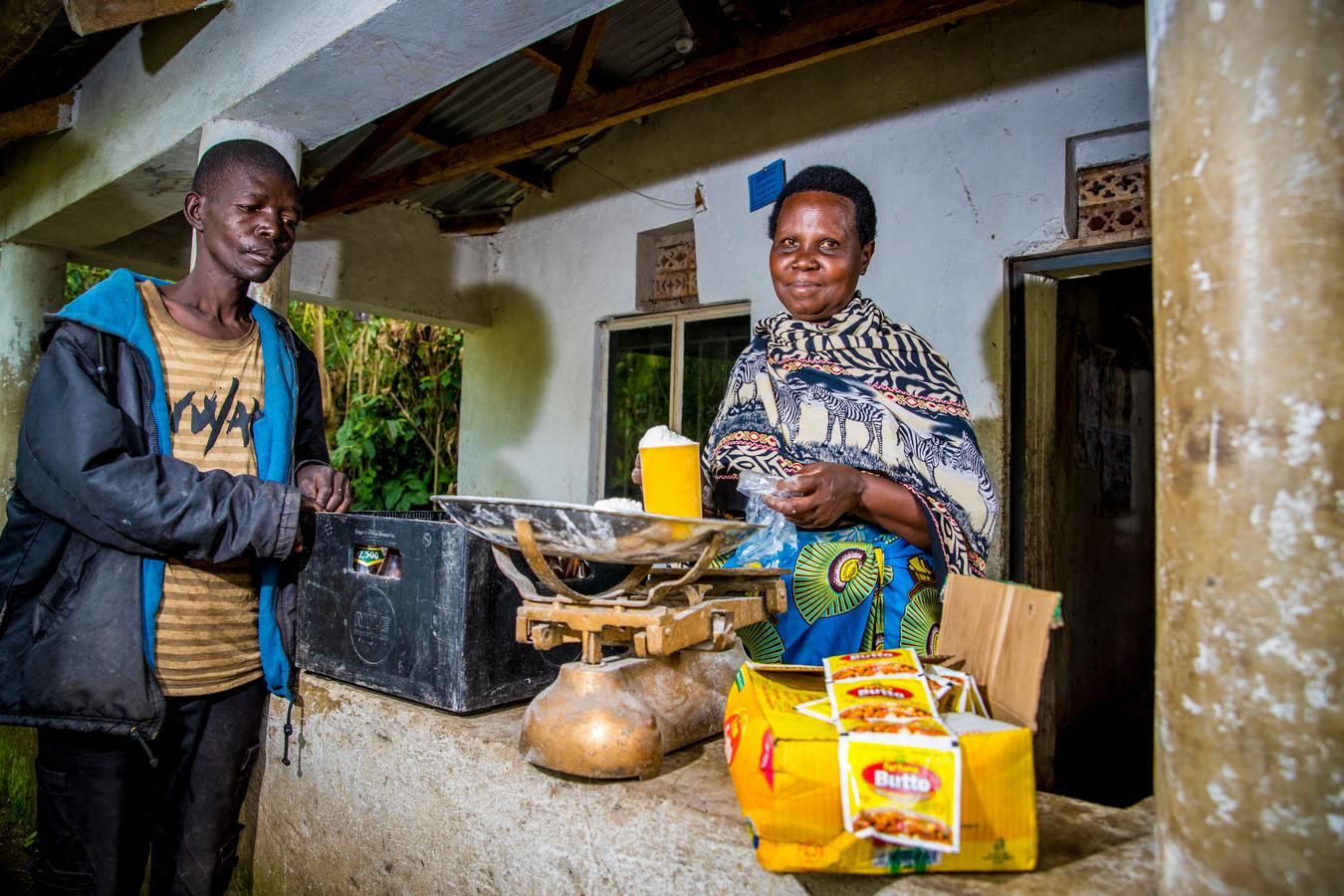 Toen Eight zijn eerste project startte in Busibi waren er in het dorp twee kleine ondernemingen. Vandaag zijn er twintig. Deze vrouw startte een winkeltje in basisproducten.