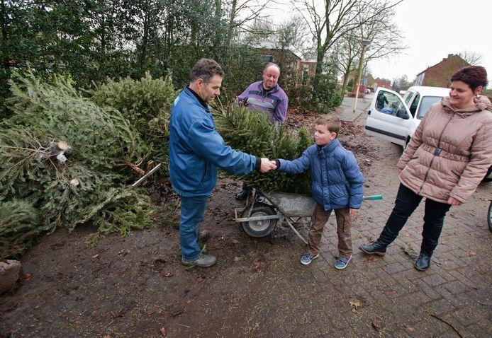 Snel verdiend; drie kerstbomen 1,50 euro. Alleen in Heusden gaat die vlieger niet op dit jaar.