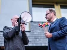 5600 handtekeningen én vijf mini-windmolens  voor burgemeester Boumans: 'Deze molens horen in zee'