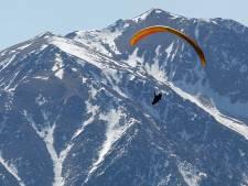 Nederlandse paraglider (59) stort in bijzijn vrienden naar beneden in Italië, in kritieke toestand op ic
