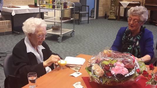 Zuster Vitalis proost op haar verjaardag met een advocaatje met slagroom.