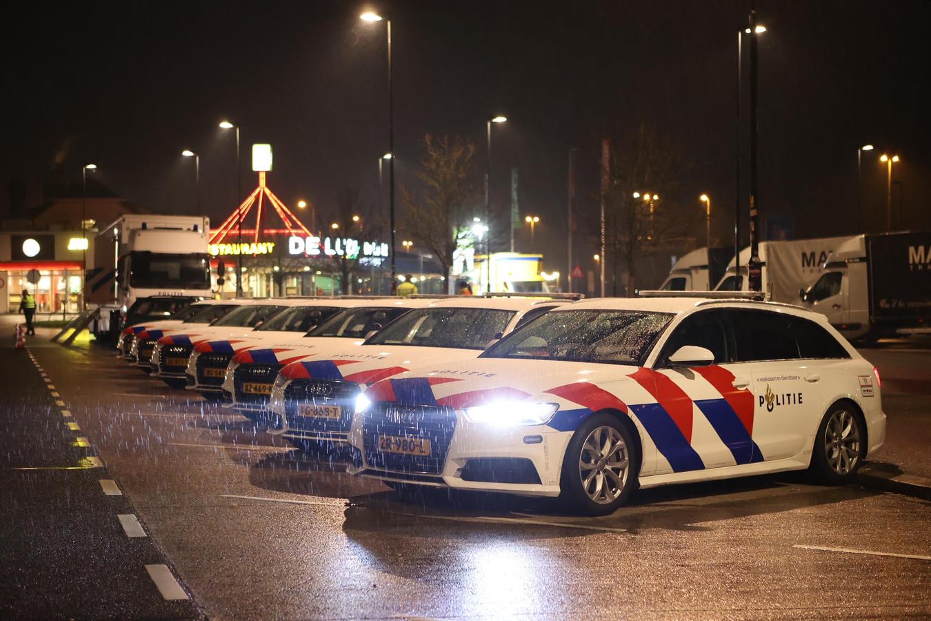 Grote politiecontrole bij ingang van de avondklok op de A2 bij Zaltbommel.