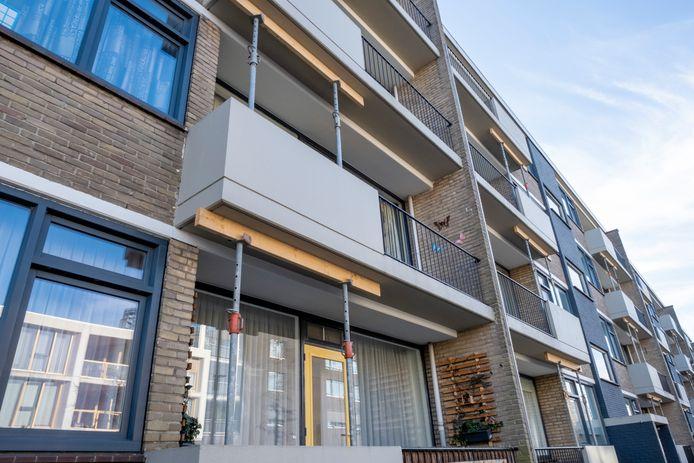 Balkons van de flats aan de Nassaulaan in Middelburg zijn gestut omdat ze mogelijk niet meer aan de normen voldoen.