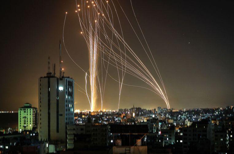 Raketten, afgevuurd door de islamitische beweging Hamas, vertrekken uit Gaza. Beeld AFP