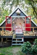 De tuin van Casper Boot is verrijkt met dit A-frame-huisje.