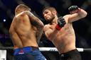 Khabib Nurmagomedov, rechts, in gevecht met Dustin Poirier. Tijdens UFC 242 in Yas Mall, Abu Dhabi.