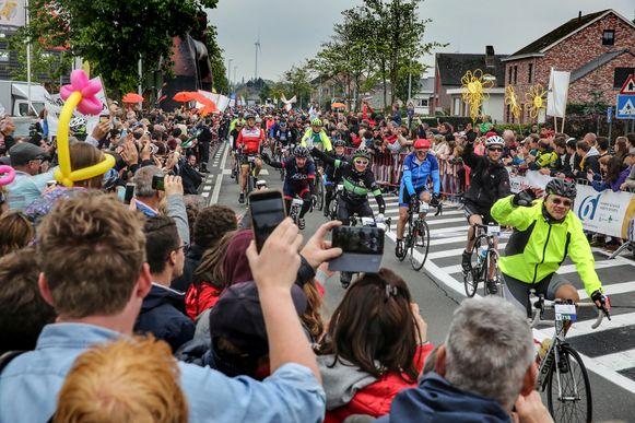 Dit beeld uit Harelbeke zegt alles: een erehaag voor de '1.000 kilometer voor Kom op tegen Kanker' brengt heel wat volk op de been.   Foto Henk Deleu