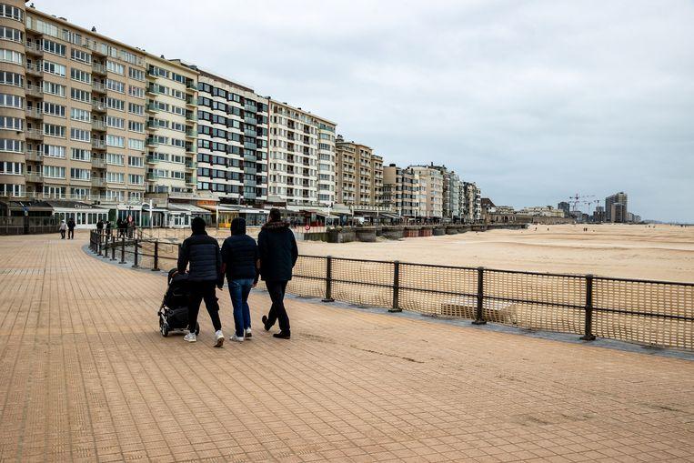 De Dijk in Oostende ligt er nog rustig bij. Voorlopig blijft het voor tweedeverblijvers en andere bezoekers verboden om de stad te bezoeken. Beeld BELGA