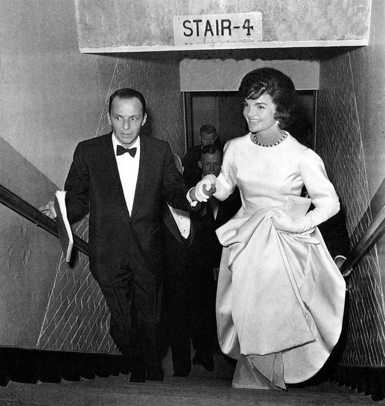 Frank Sinatra en aankomend First Lady Jacqueline Kennedy op een bal daags voor de inauguratie van John F. Kennedy, 1961. Beeld Getty