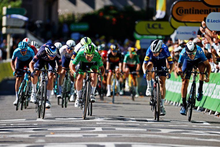 Mark Cavendish (in het groen) op weg naar zijn vierde etappezege in deze Tour. Beeld Getty