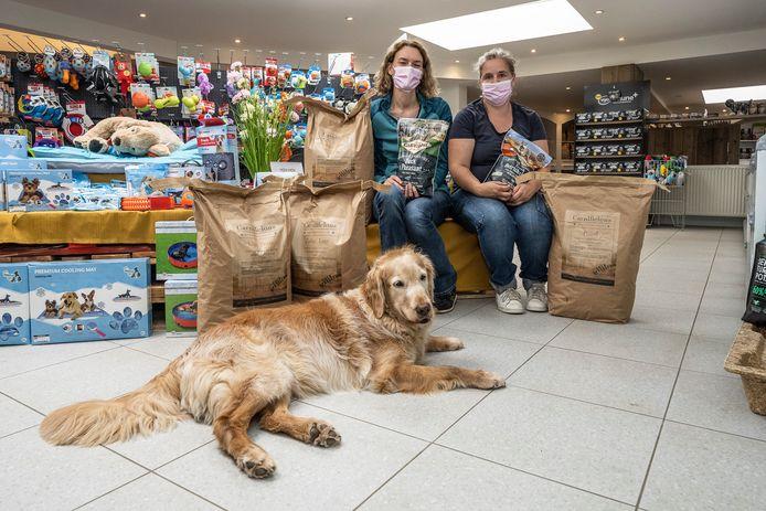 Greet en Caroline van The Doggy Shop in Boechout met de trouwe viervoeter des huizes.