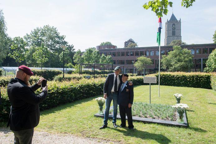 Veteranen maken foto's op het nieuwe aangelegde Anjerveld in Tiel.