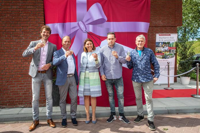 Reinier de jonge van R&B wonen, Jan van Blarikom, burgemeester José van Egmond, bewoner Roger Gielen en Cor Muller (vlnr), vieren de officiële opening van de nieuwe locatie van Zeeuwse Gronden in Yerseke.