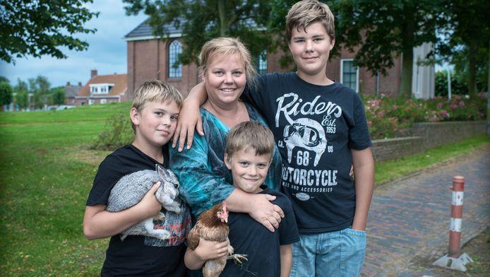 Carolien van Diesen met haar drie zoons.
