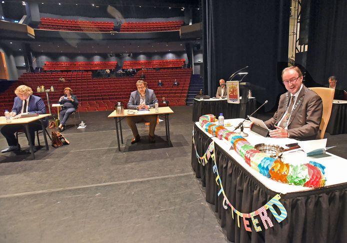 Jan Lonink vierde zijn 69ste verjaardag 28 mei dit jaar tijdens een vergadering van de Terneuzense gemeenteraad op het podium van het Scheldetheater.